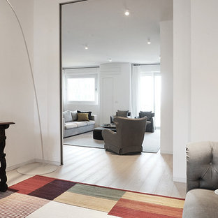 ミラノの大きいコンテンポラリースタイルのおしゃれなホームオフィス・書斎 (白い壁、ラミネートの床、グレーの床) の写真