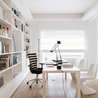 Idee per uno studio minimal con pareti bianche, pavimento in legno massello medio, nessun camino e scrivania autoportante