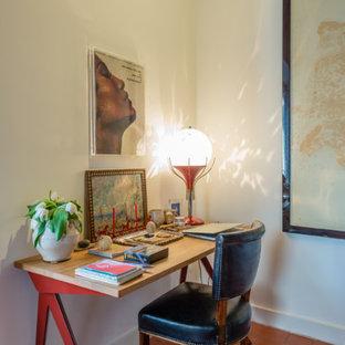 Idéer för små eklektiska arbetsrum, med vita väggar, tegelgolv, ett fristående skrivbord och rött golv