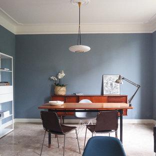他の地域の広い北欧スタイルのおしゃれなホームオフィス・書斎 (ライブラリー、青い壁、大理石の床、ベージュの床) の写真