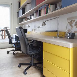 Immagine di un atelier contemporaneo di medie dimensioni con pareti bianche, parquet chiaro e scrivania autoportante