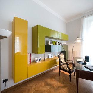 Esempio di un grande studio eclettico con pareti grigie e parquet chiaro