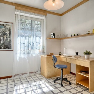 ローマの小さいコンテンポラリースタイルのおしゃれなアトリエ・スタジオ (白い壁、セラミックタイルの床、自立型机、マルチカラーの床) の写真
