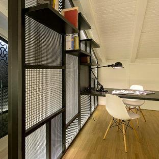 Esempio di un atelier design di medie dimensioni con pareti bianche, pavimento in legno massello medio e scrivania incassata