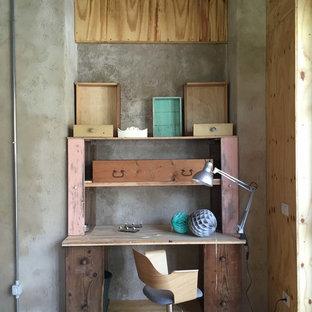 Immagine di uno studio boho chic con pareti grigie, parquet chiaro, scrivania autoportante e pavimento beige