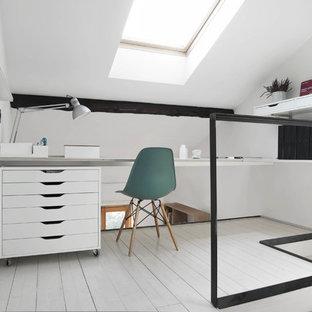 Ispirazione per un piccolo atelier scandinavo con pareti bianche, pavimento in legno verniciato e scrivania autoportante