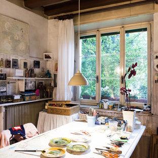 Ispirazione per un atelier eclettico con pareti bianche e scrivania autoportante