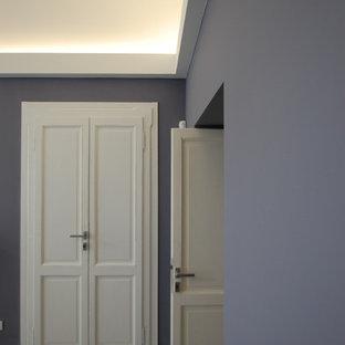 ミラノの中くらいのコンテンポラリースタイルのおしゃれなアトリエ・スタジオ (グレーの壁、コンクリートの床、標準型暖炉、コンクリートの暖炉まわり、自立型机、グレーの床) の写真