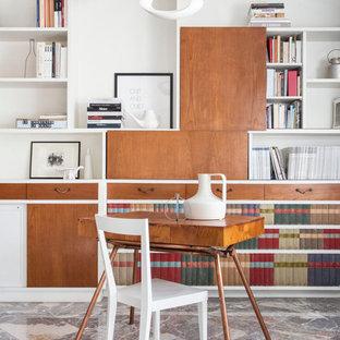 ミラノの小さいミッドセンチュリースタイルのおしゃれなアトリエ・スタジオ (白い壁、自立型机、大理石の床) の写真