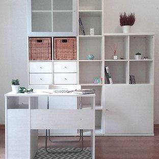 他の地域の中サイズのコンテンポラリースタイルのおしゃれなクラフトルーム (白い壁、ラミネートの床、暖炉なし、自立型机、ベージュの床) の写真