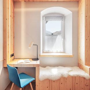 Foto di uno studio minimalista con pareti bianche, pavimento in legno massello medio e scrivania incassata