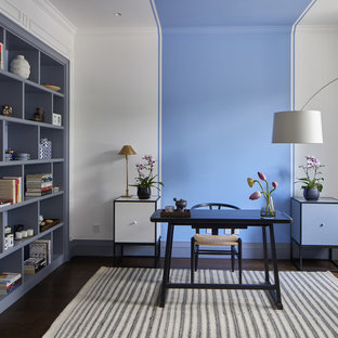 Idee per un ufficio scandinavo con pareti multicolore, parquet scuro e scrivania autoportante