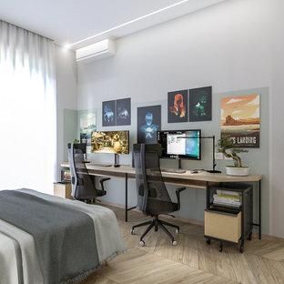 Идея дизайна: маленькая домашняя мастерская в стиле лофт с разноцветными стенами, светлым паркетным полом, отдельно стоящим рабочим столом и многоуровневым потолком