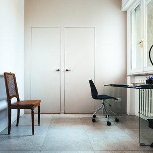 他の地域の中サイズのモダンスタイルのおしゃれなアトリエ・スタジオ (磁器タイルの床、グレーの壁、自立型机、グレーの床) の写真