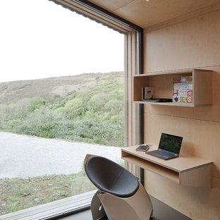 Immagine di un piccolo studio contemporaneo con libreria, pareti beige, pavimento in linoleum, scrivania incassata e pavimento grigio