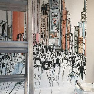ミラノの巨大なコンテンポラリースタイルのおしゃれな書斎 (マルチカラーの壁、ラミネートの床、ベージュの床) の写真