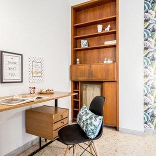 ローマの北欧スタイルのおしゃれなホームオフィス・書斎 (白い壁、大理石の床、自立型机、ベージュの床、壁紙) の写真