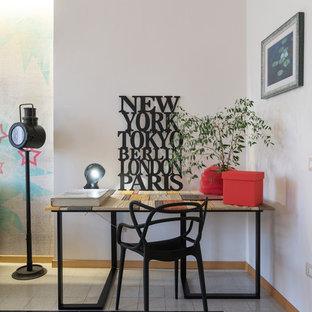 Inspiration för ett litet industriellt hemmabibliotek, med vita väggar, ett fristående skrivbord och flerfärgat golv