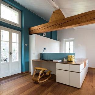 Esempio di un grande ufficio contemporaneo con pareti blu, pavimento in legno massello medio e scrivania incassata
