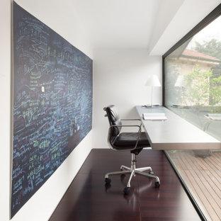 Ispirazione per un piccolo ufficio contemporaneo con pareti bianche, nessun camino, scrivania incassata e pavimento marrone