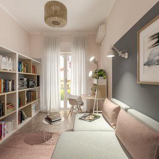 Immagine di un piccolo atelier scandinavo con pareti rosa, pavimento in marmo, scrivania autoportante e pavimento rosa