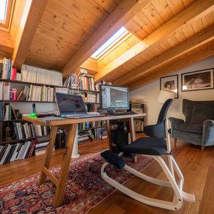 Idee per uno studio country con pareti bianche, pavimento in legno massello medio e scrivania autoportante