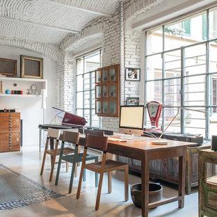 ミラノの大きいインダストリアルスタイルのおしゃれなホームオフィス・仕事部屋 (白い壁、磁器タイルの床) の写真