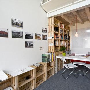Idee per un piccolo atelier design con pareti bianche, moquette e scrivania autoportante