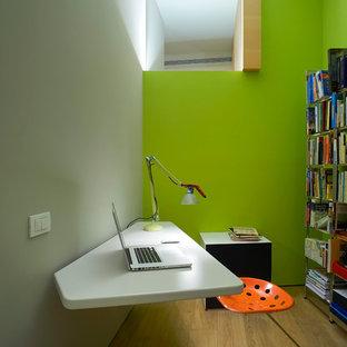 ミラノの小さいコンテンポラリースタイルのおしゃれなホームオフィス・仕事部屋 (緑の壁、淡色無垢フローリング、自立型机) の写真