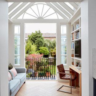 Immagine di uno studio classico con pareti bianche, pavimento in legno massello medio, scrivania incassata, pavimento marrone e soffitto a volta