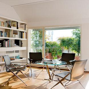 Ispirazione per un grande ufficio minimalista con pareti bianche, pavimento in legno massello medio e scrivania autoportante