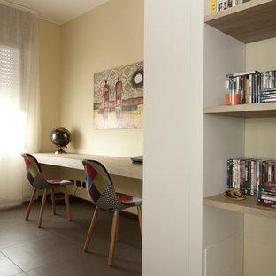 他の地域の中くらいのアジアンスタイルのおしゃれなアトリエ・スタジオ (ベージュの壁、セラミックタイルの床、自立型机、茶色い床) の写真