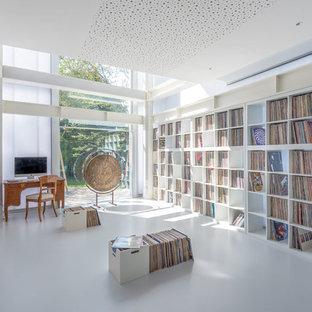 Idee per uno studio minimal con pareti bianche, scrivania autoportante e pavimento bianco