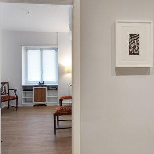 ローマの小さいモダンスタイルのおしゃれなアトリエ・スタジオ (グレーの壁、クッションフロア、ベージュの床、折り上げ天井) の写真