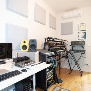 Idee per un atelier contemporaneo con pareti bianche, pavimento in legno massello medio, scrivania autoportante e pavimento marrone