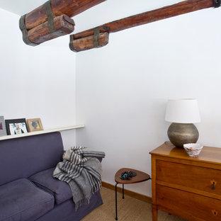 ローマの小さいエクレクティックスタイルのおしゃれなアトリエ・スタジオ (白い壁、カーペット敷き、造り付け机、ベージュの床) の写真