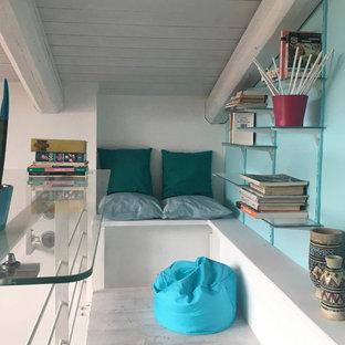 Idee per un piccolo studio moderno con libreria, pareti blu, pavimento in legno verniciato, scrivania autoportante e pavimento bianco