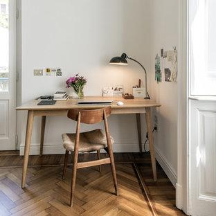 Ispirazione per uno studio nordico di medie dimensioni con pareti bianche, pavimento in legno massello medio, scrivania autoportante e pavimento marrone