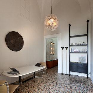 Immagine di un atelier minimalista di medie dimensioni con pareti bianche e scrivania autoportante