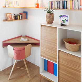 Immagine di uno studio design con pareti bianche, parquet chiaro e scrivania incassata