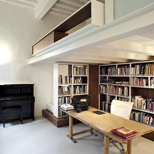 Idee per uno studio industriale con libreria, pareti bianche, scrivania autoportante e pavimento grigio