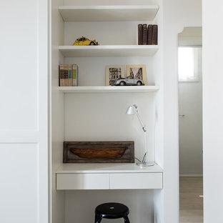 Esempio di un piccolo ufficio al mare con pareti bianche, parquet chiaro, nessun camino, scrivania incassata e pavimento beige