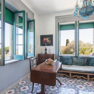 カターニア/パルレモのエクレクティックスタイルのおしゃれな書斎 (白い壁、セラミックタイルの床、自立型机、マルチカラーの床) の写真