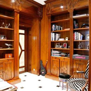 他の地域の小さいトラディショナルスタイルのおしゃれな書斎 (茶色い壁、大理石の床、暖炉なし、自立型机、白い床) の写真