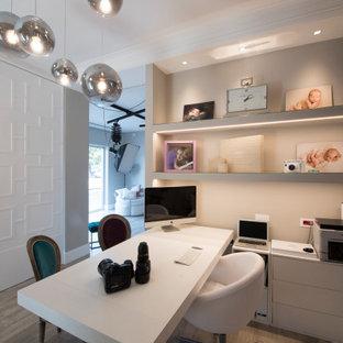 Immagine di un ufficio contemporaneo di medie dimensioni con pareti grigie, parquet chiaro, scrivania autoportante e pavimento beige