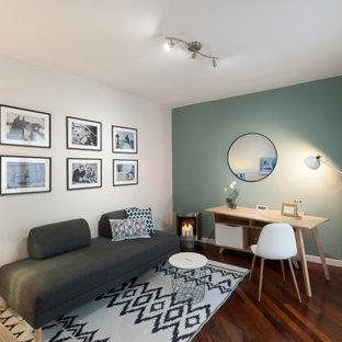 他の地域の小さい北欧スタイルのおしゃれな書斎 (マルチカラーの壁、濃色無垢フローリング、コーナー設置型暖炉、金属の暖炉まわり、茶色い床) の写真