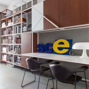 Idee per uno studio moderno con scrivania incassata e pavimento grigio