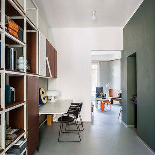 Idee per un atelier minimalista di medie dimensioni con pareti multicolore e scrivania incassata