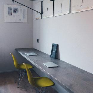 Esempio di un atelier contemporaneo di medie dimensioni con pareti bianche, parquet scuro e scrivania incassata