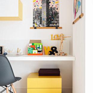 Ispirazione per uno studio contemporaneo di medie dimensioni con pareti bianche e pavimento beige